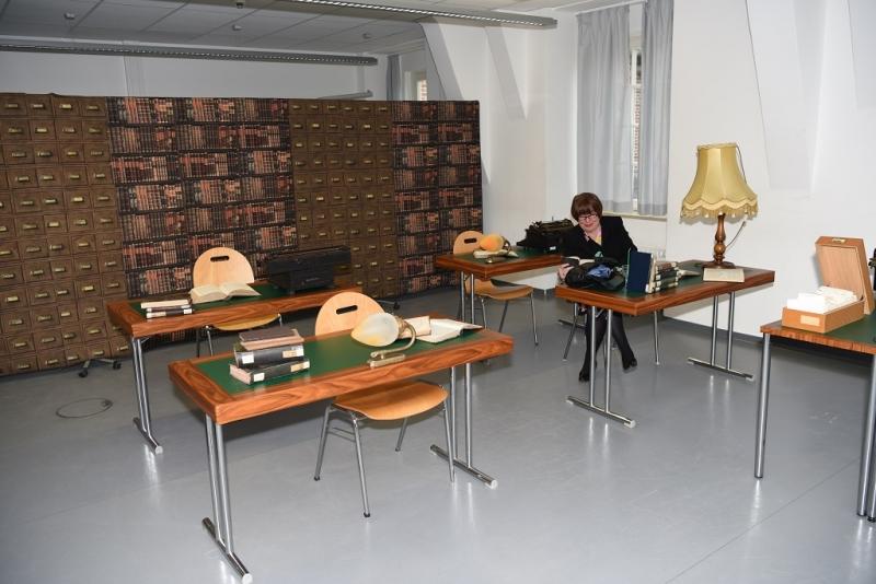 "Birgit Dankert, ehemalige Professorin am Department Information, erkundet den Themenrauml ""Historische Bibliothek""."